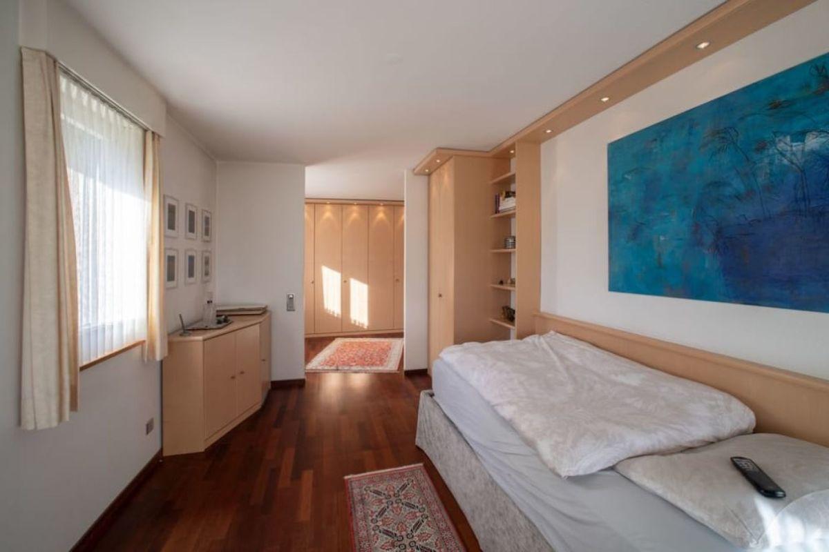 Zimmer mit Ankleidezimmer