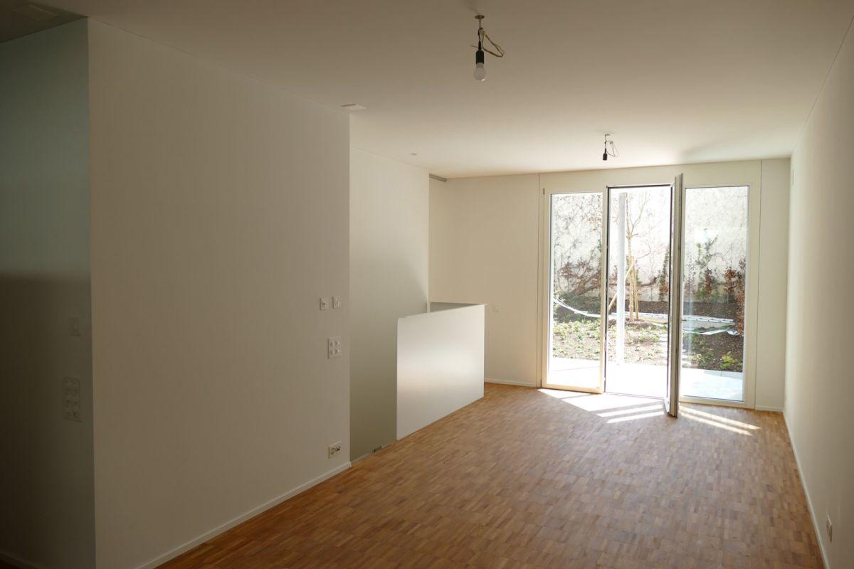 Wohnbereich mit Blick zu Garten und interer Treppe