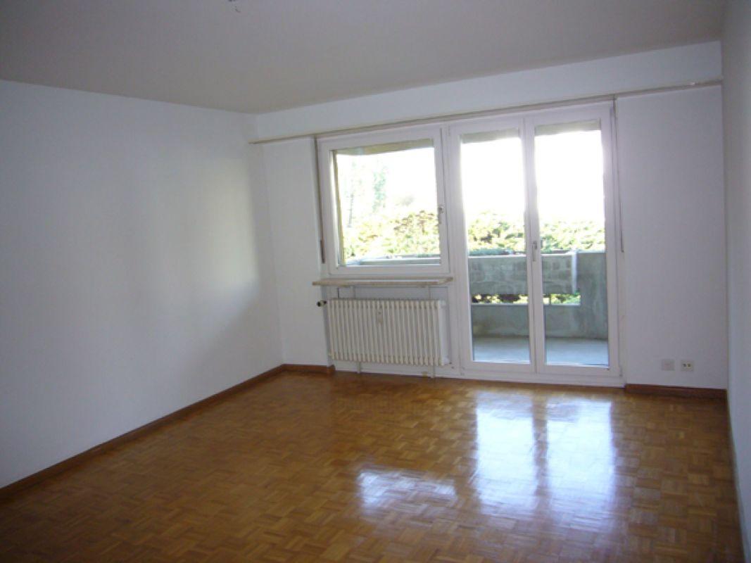 Wohnzimmer mit Ausgang zu Balkon