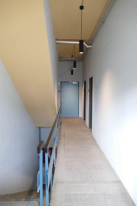 Bei den beiden Türen auf der rechten Seite befinden sich die WC-Anlagen