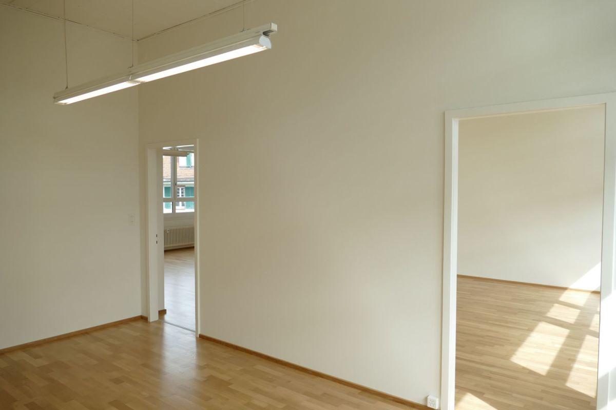 vom Entrée gelangt man in diesen Vorraum von dem aus zwei weitere Räume abgehen