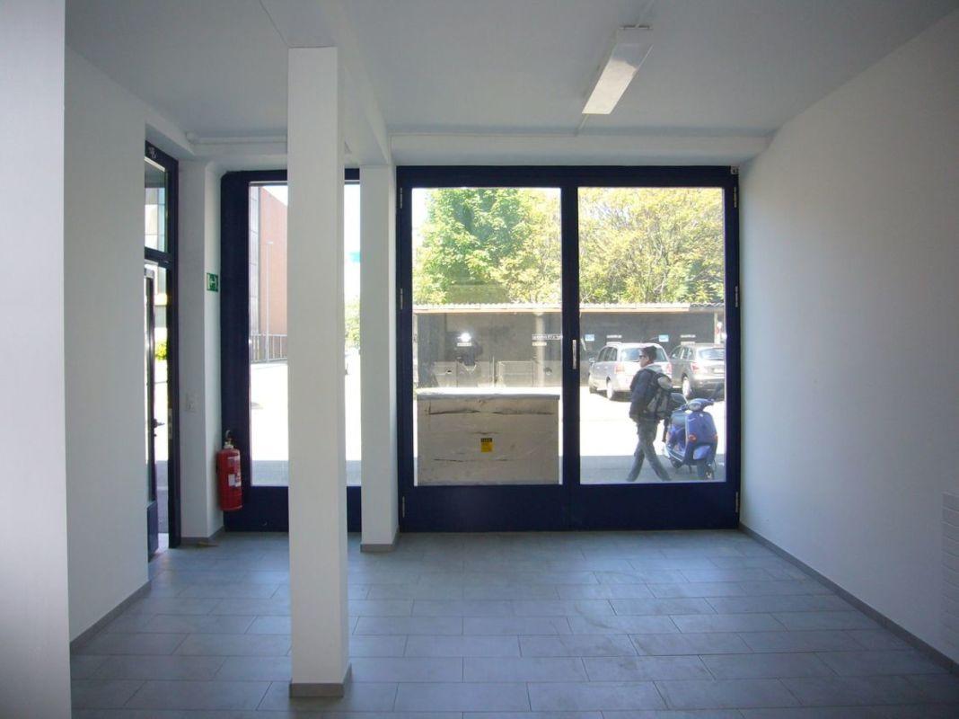 vorderer Bereich mit Schaufenster