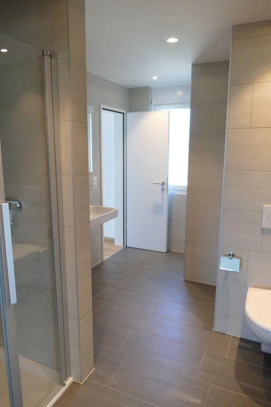 Bad mit Blick zu separatem Eingang grosses Schlafzimmer