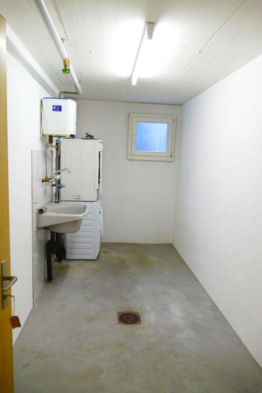 separater Keller mit Waschmaschine und Tumbler