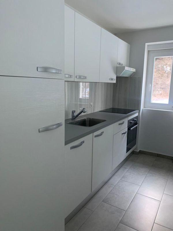Cucina accessoriata aperta sul soggiorno
