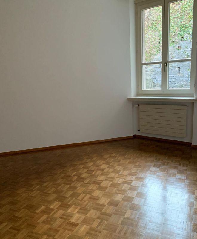 Camera da letto con pavimento in parquet
