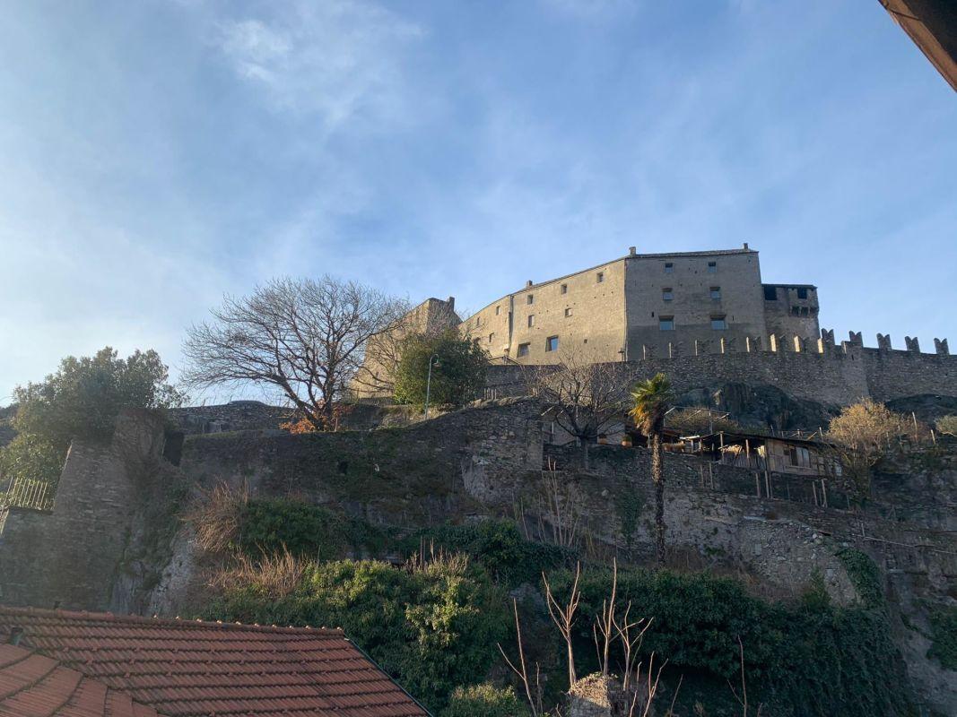 Vista sul castello e i monti circostanti