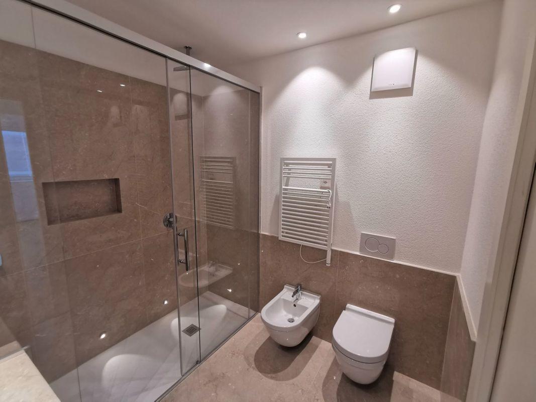 Bagno con doccia, illuminazione a spot