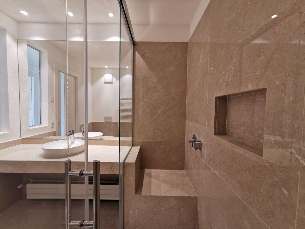 Bagno con pavimento in marmo botticino