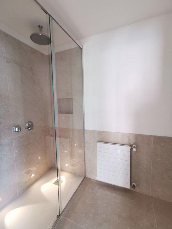 Bagno con doccia e box in cristallo