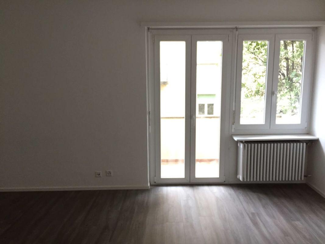 soggiorno/camera con balcone