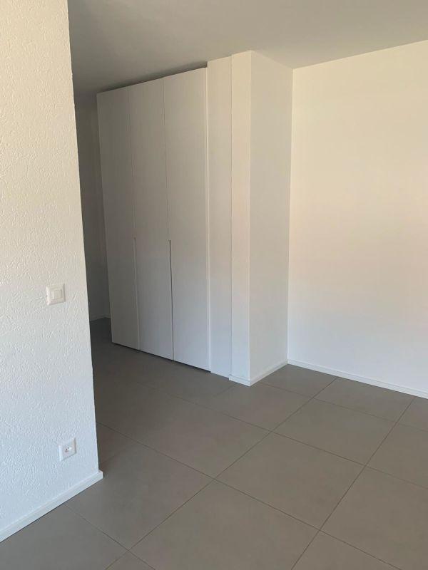 Corridoio con armadio a muro bianco