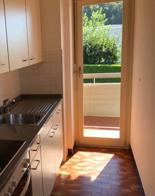 Cucina accessoriata con uscita sul balcone
