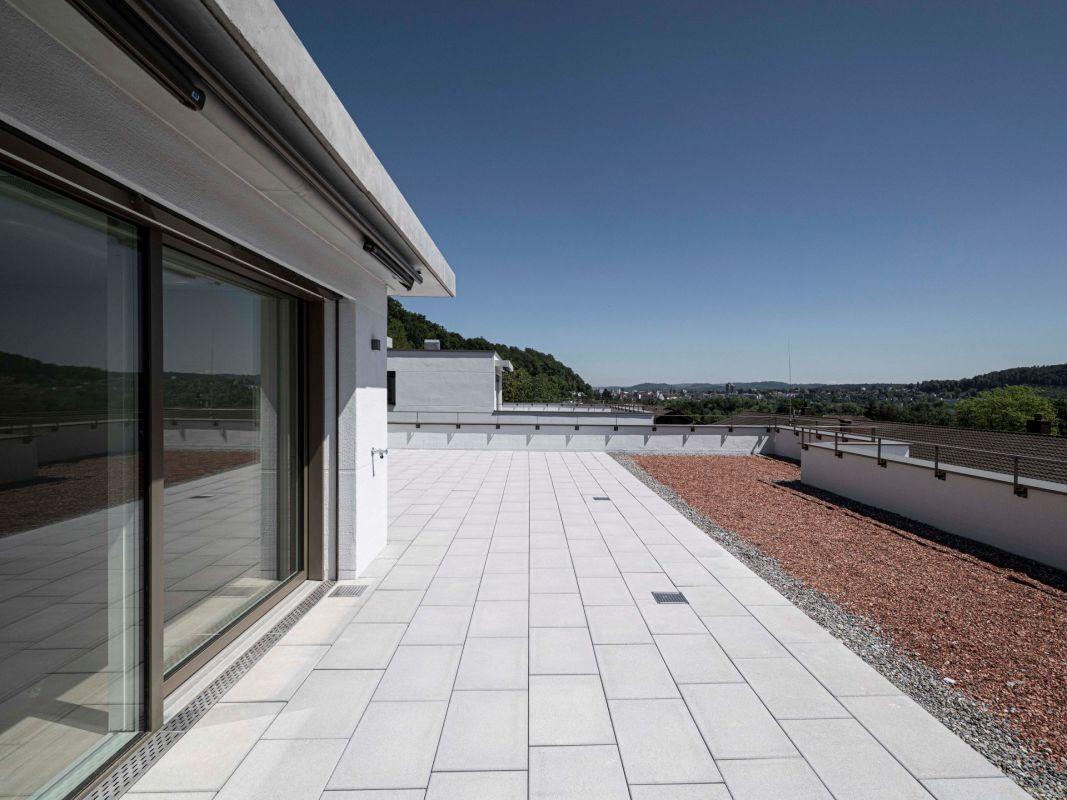 weitläufige Terrasse