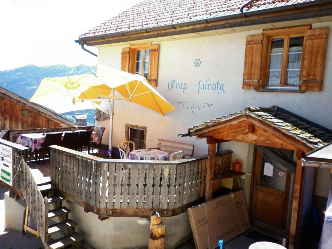 sonnige Gasthaus-Terrasse