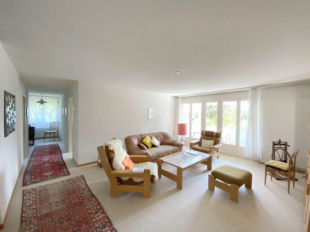Sonnige 3.5-Zimmer-Eigentumswohnung mit Balkon und schöner Bergsicht