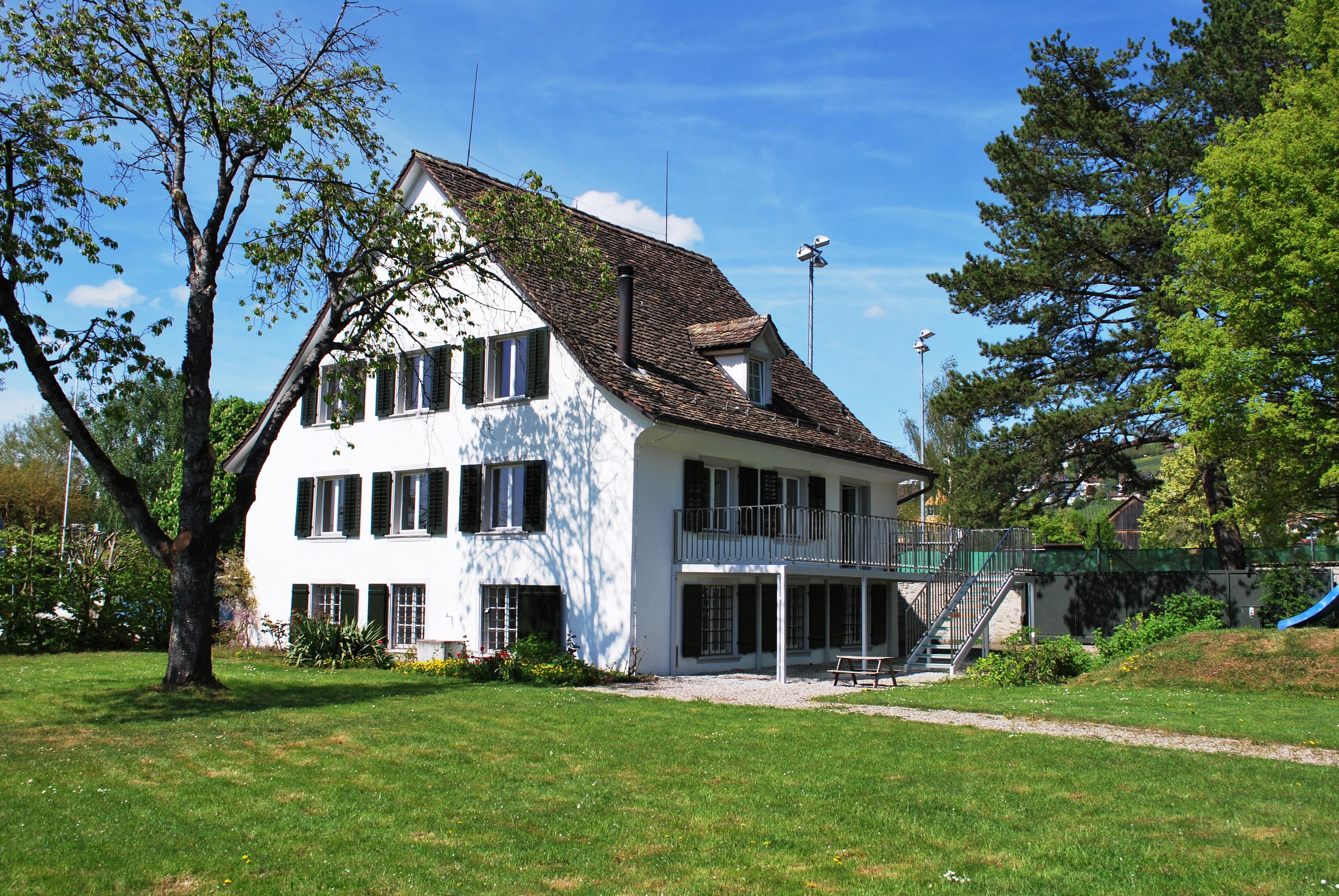 Miete: Einfamilienhaus mit grossem Privatpark am See