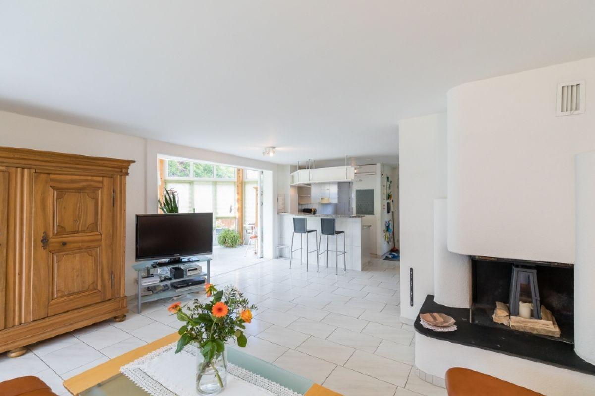 Wohnraum - im Hintergrund Küche