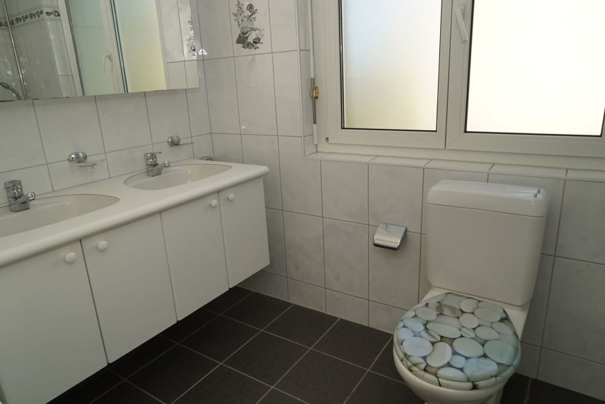 Das Badezimmer mit Fenster