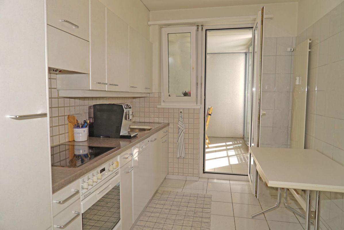 Die Küche mit Zugang zum Loggia-Balkon