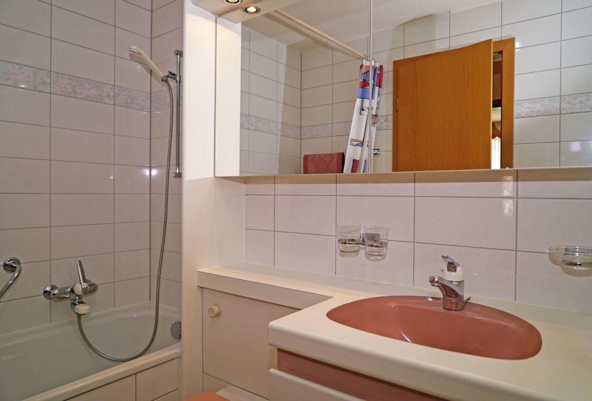 Das Badezimmer mit Waschtischmöbel