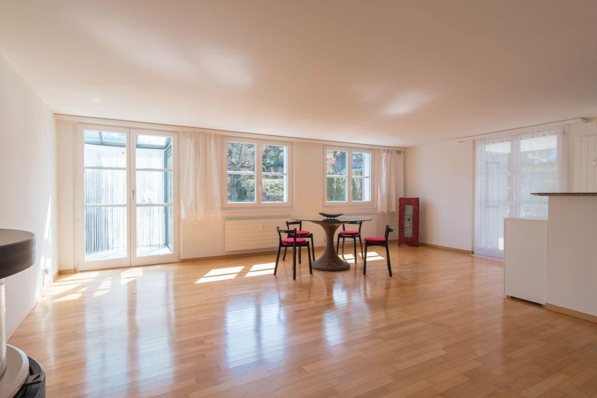 Wohnzimmer mit Ausgang zu Wintergarten und Sitzplatz