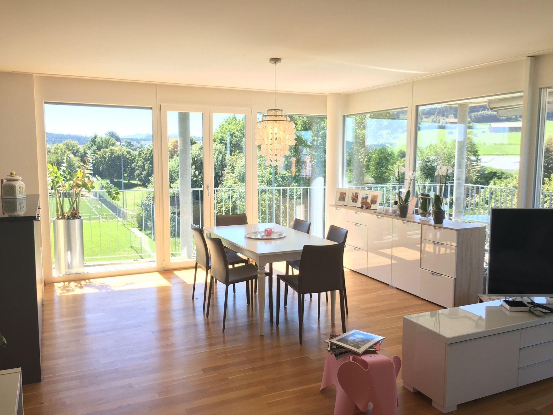 Helle, moderne Wohnung mit sonnigem Balkon