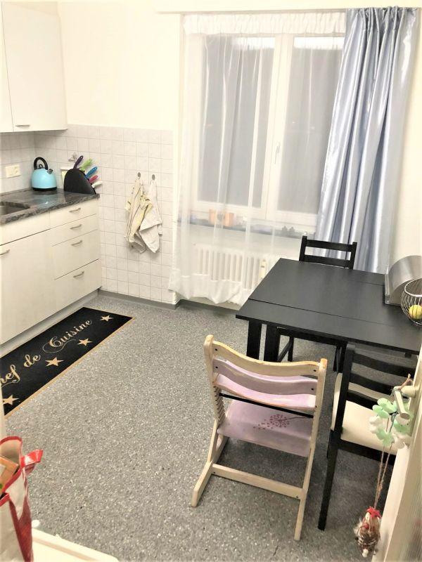 Küche mit Backofen und Glaskeramikkochfeld