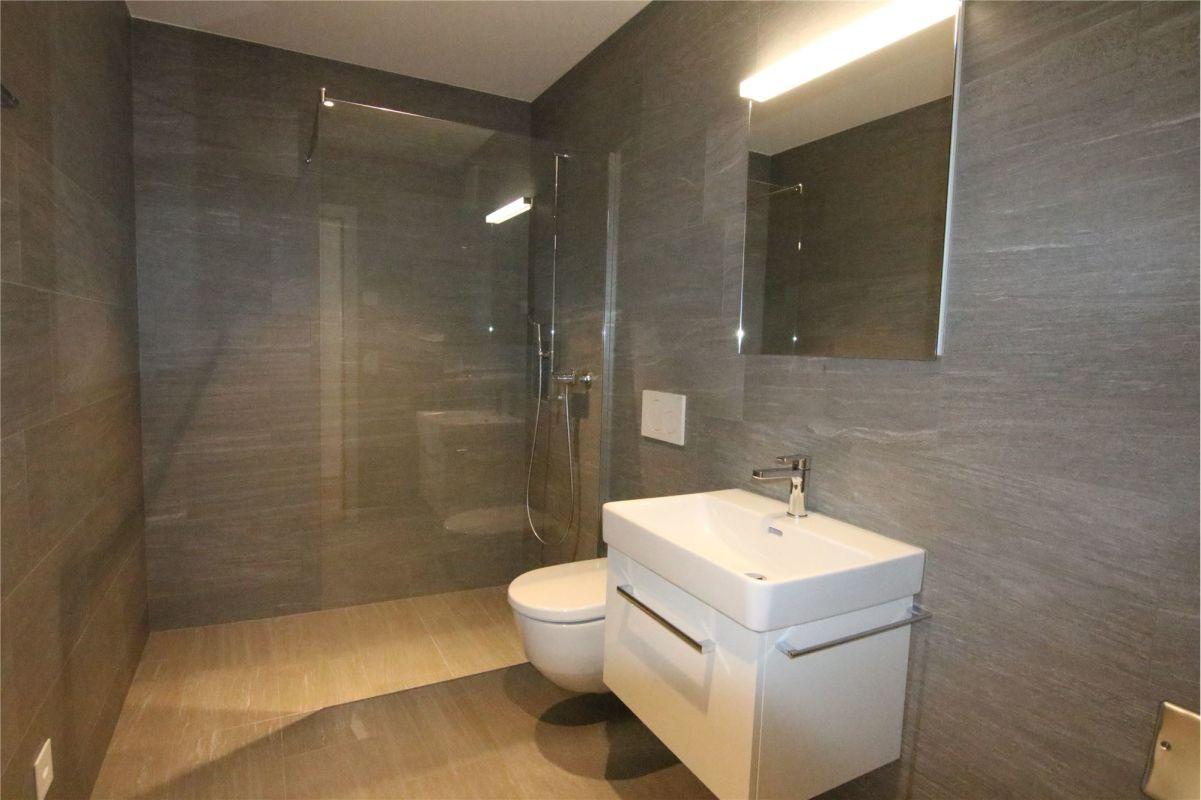 Dusche, WC, Lavabo
