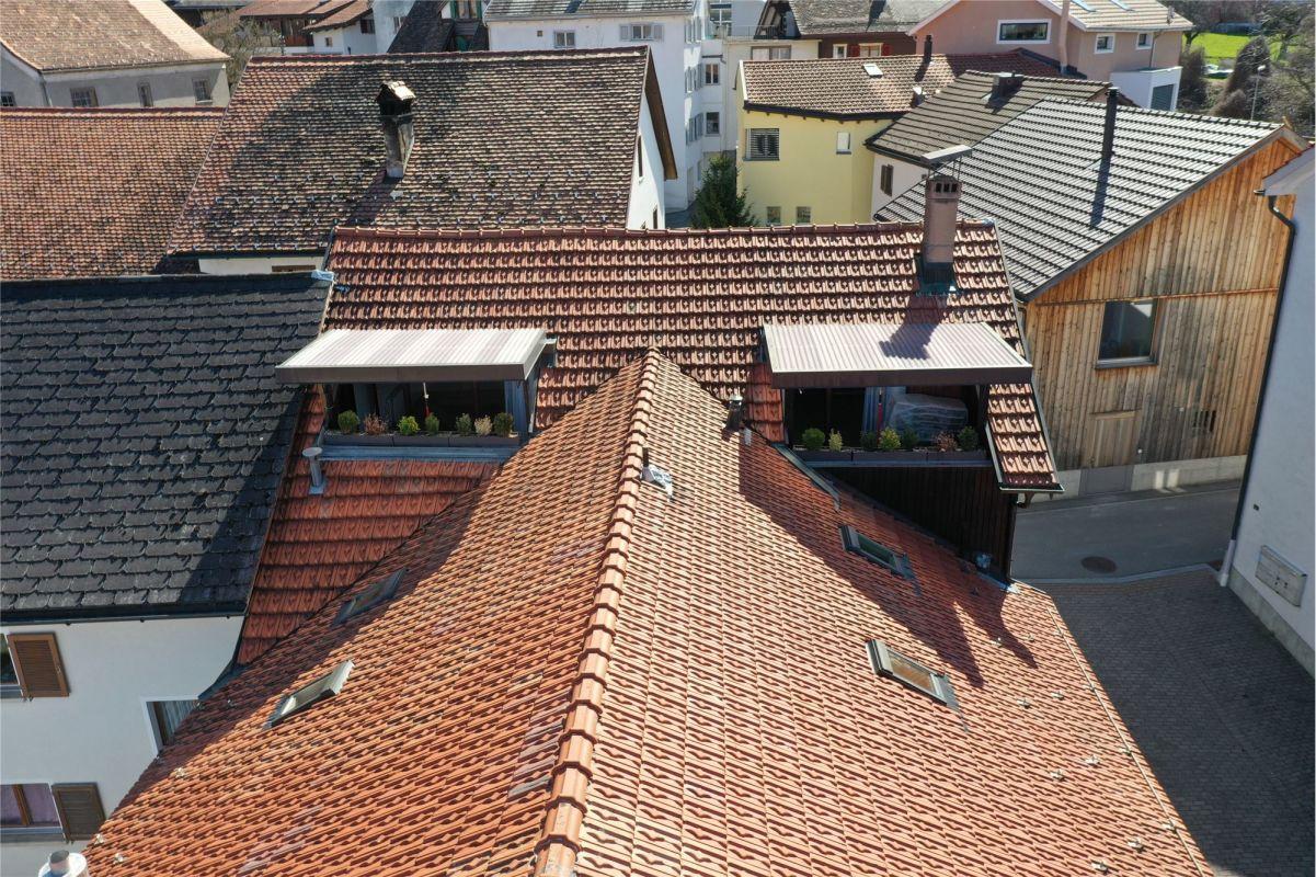 Zwei gedeckte Balkone