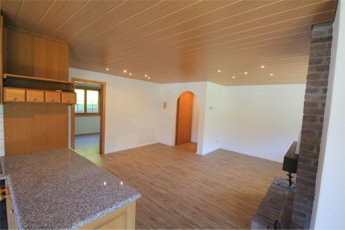 Blick von Küche ins Wohnzimmer/Eingang