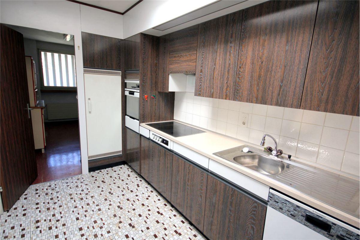 Küche mit Blick Richtung Spensa mit Waschmaschine