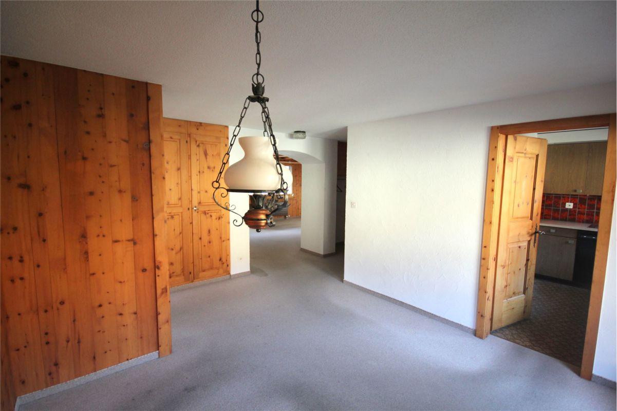 Blick von Essbereich Richtung Küche und Wohnzimmer