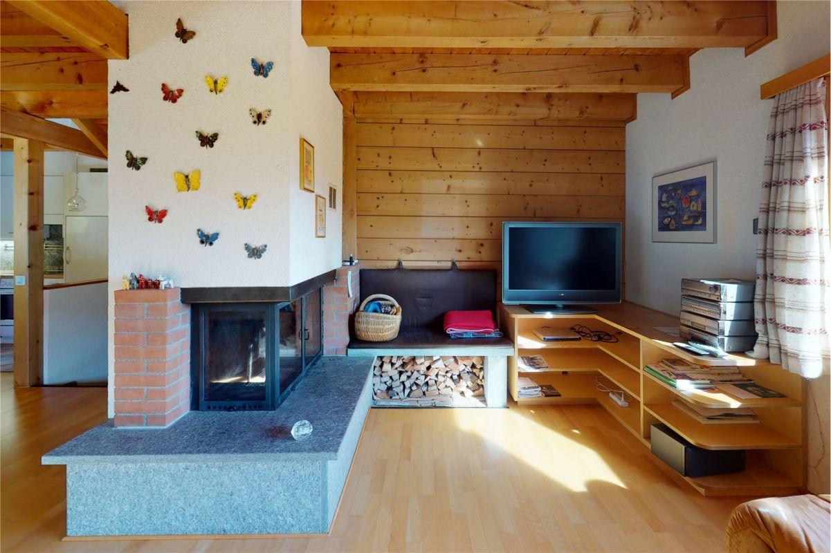 Wohnzimmer mit Umluft-Cheminée - 4 ½ Zimmerwohnung
