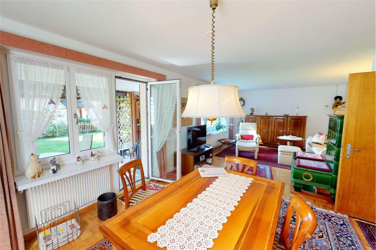 Wohnzimmer mit Zugang zu gedecktem Sitzplatz und Pergola