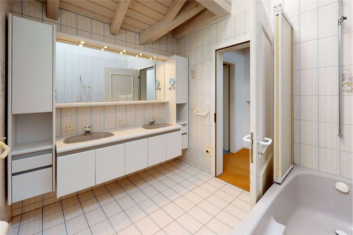 Badewanne, Doppellavabo, WC im Dachgeschoss