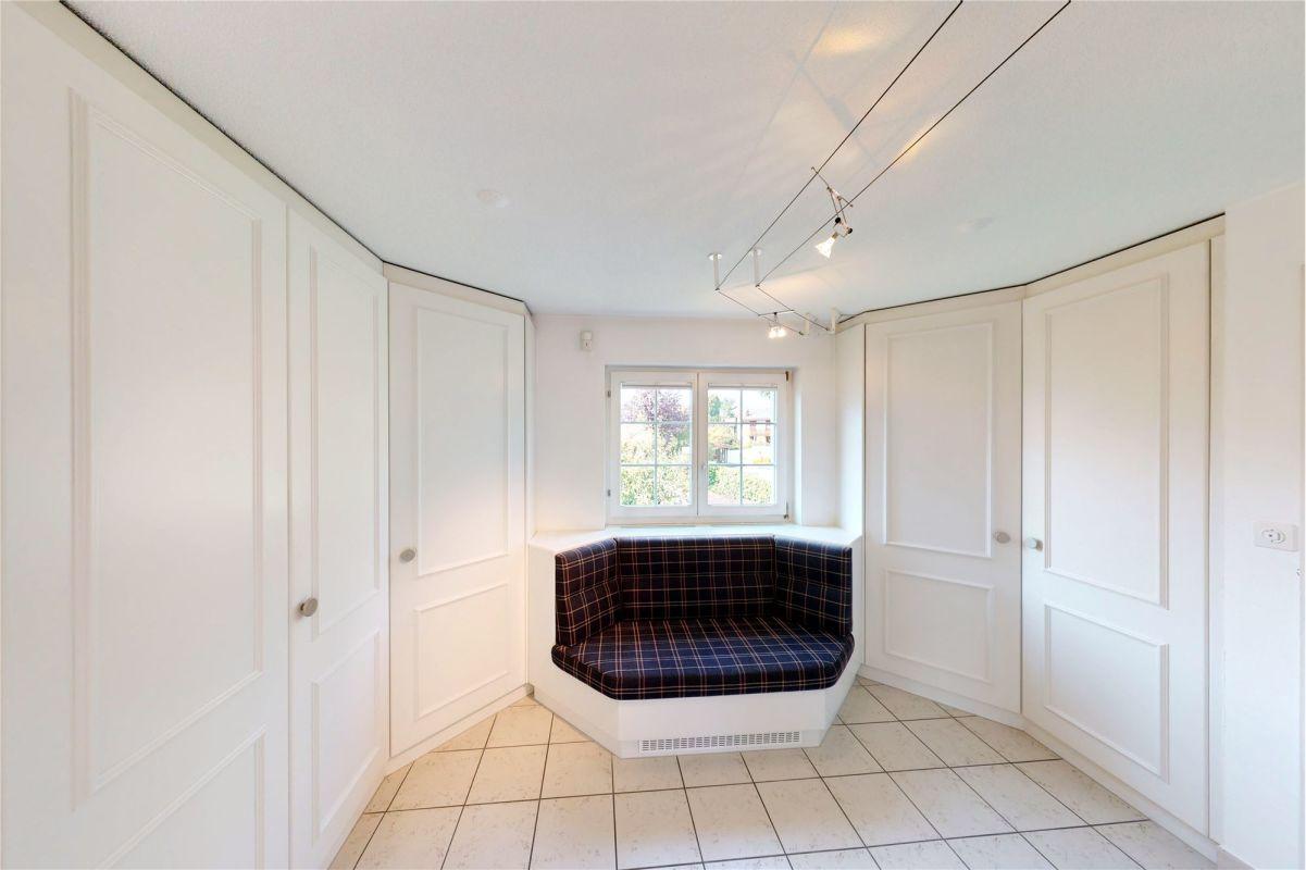 Bitte treten Sie ein! Eingangsbereich mit Wandschränken und elegantem Garderobesofa