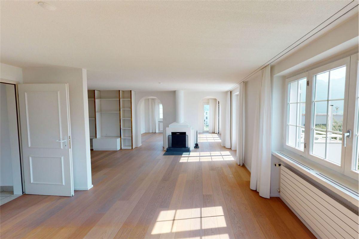 Wohnzimmer mit Cheminée - schöner Eichenparkettboden (2008) - im Hintergrund Rundbogen/Durchgang zum Essbereich