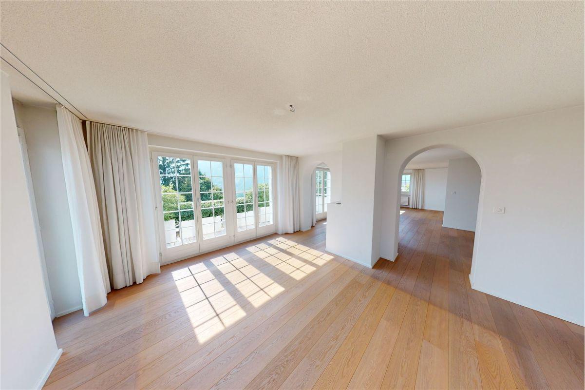 Blick von Essbereich Richtung Balkon und Wohnzimmer