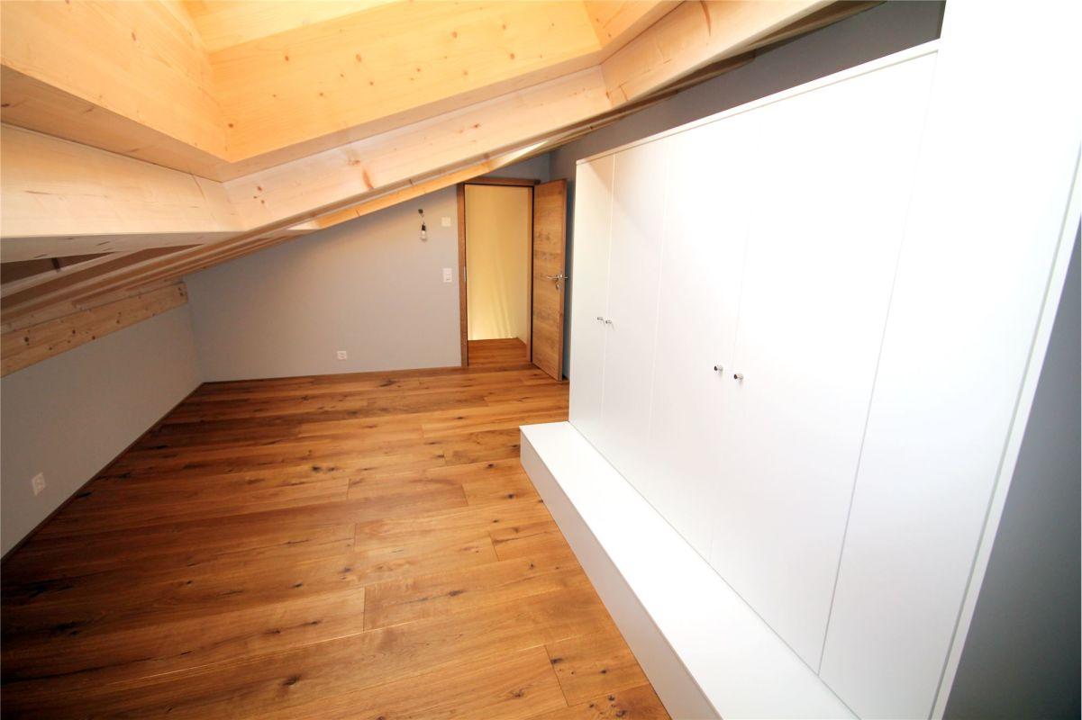 Zimmer Dachgeschoss mit Einbauschränken