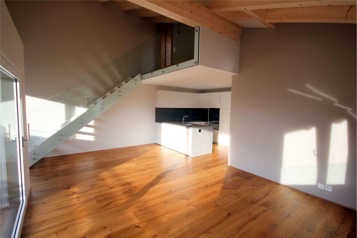 Blick Richtung Küche - Aufgang ins Dachgeschoss