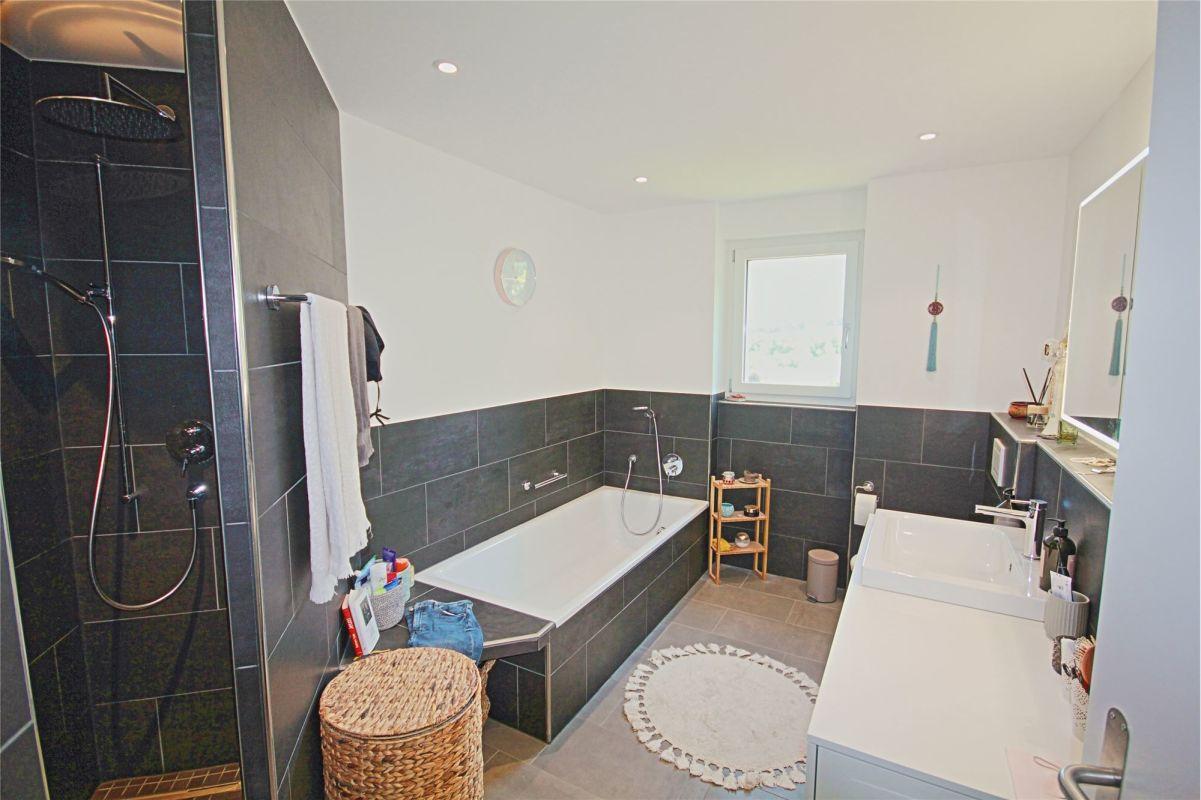 Dusche, Badewanne, WC und Lavabo