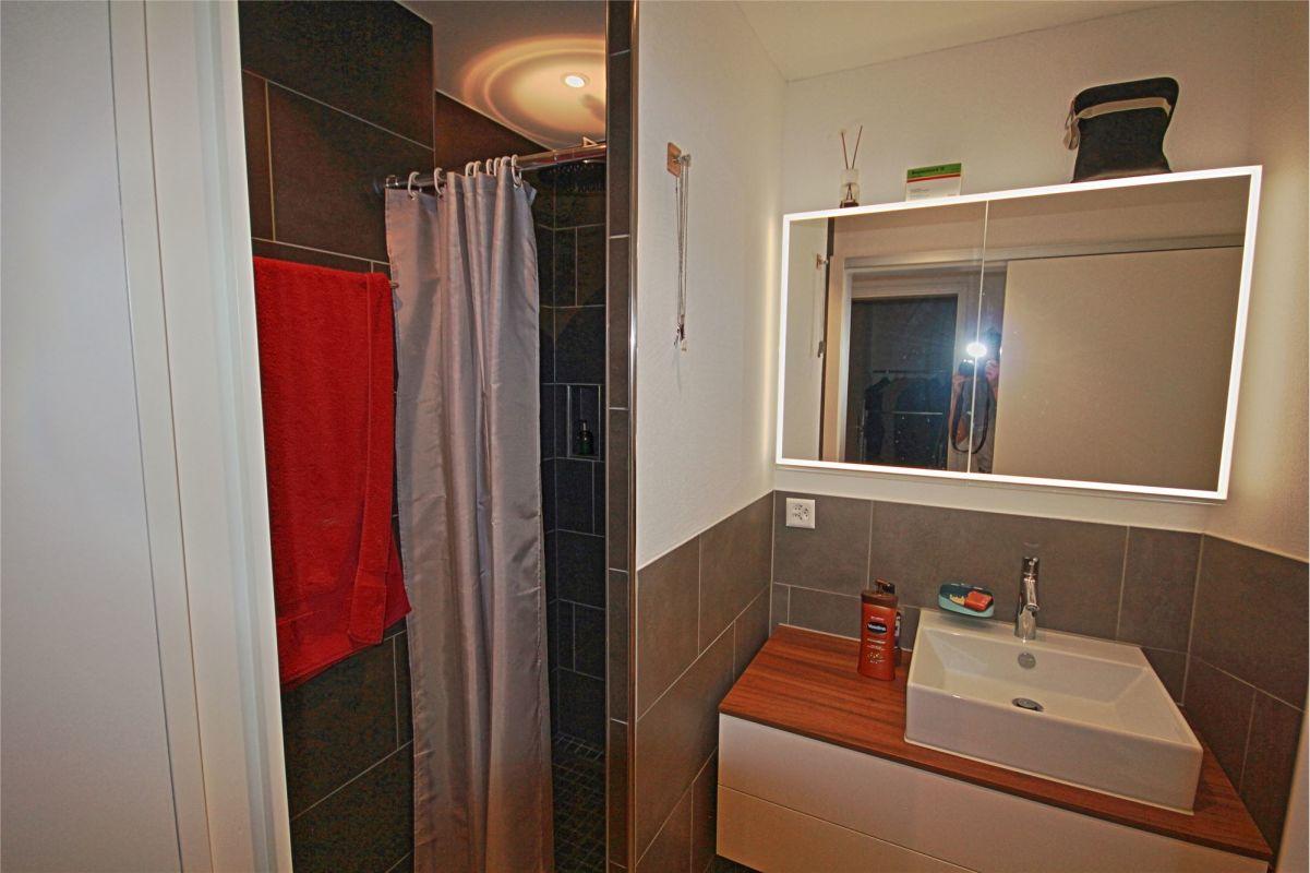 Dusche, WC und Lavabo