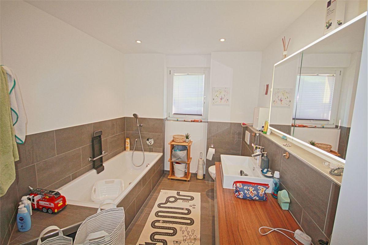 Badewanne, Dusche, WC und Lavabo