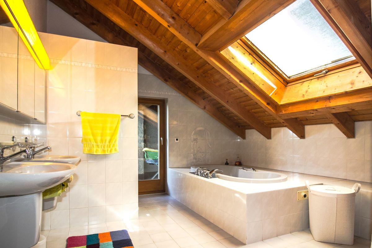 Das sonnig, helle Bad mit Dusche ist angrenzend zum Elternschlafzimmer