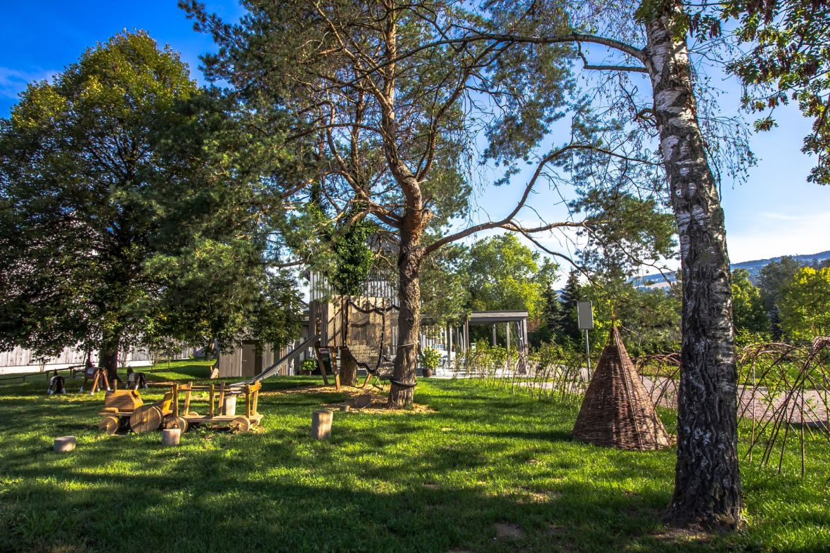 Auf dem Weg zur Reuss gelangen Sie an der hervorragenden Gaststätte Fahr vorbei. Ein Prachtspielplatz - und so nah liegt eine ausgezeichnete Küche mit einer sommertauglichen Aussenterrasse. .