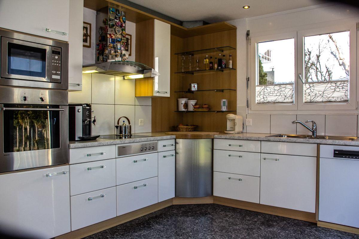 Mit Fenster und Fenstertür zum Garten. Die stillvolle Küche ist mit Siemens-Geräten bestückt.