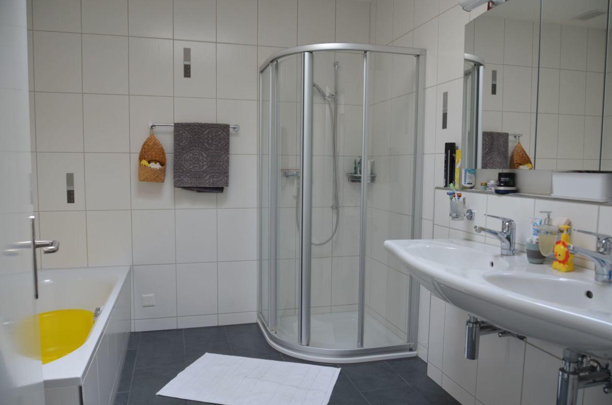 grosses Bad mit Doppelwaschtisch