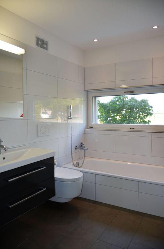 Nasszelle mit Wanne, Lavabo, Dusch und WC