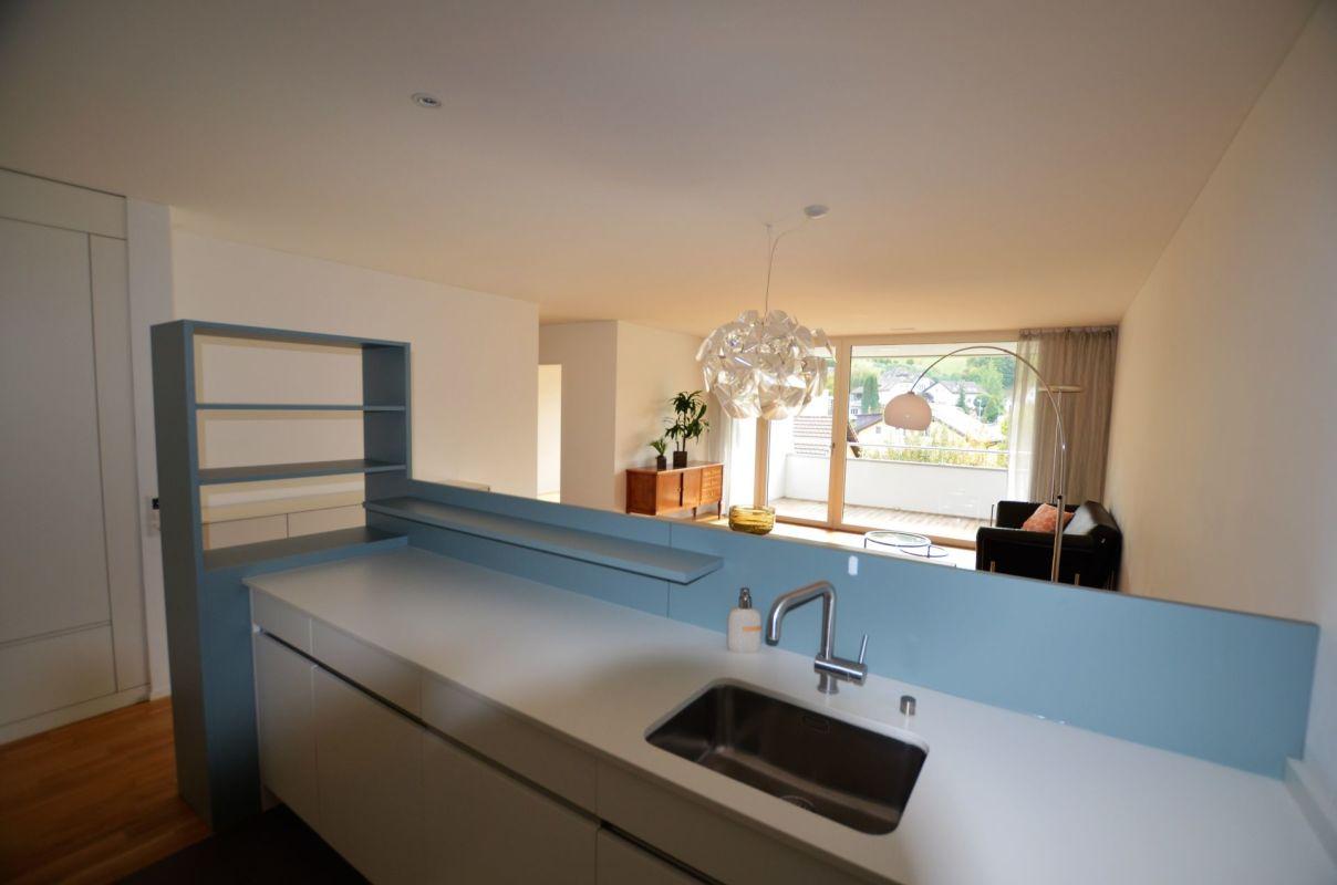 Blick von der offenen Küche ins Wohnzimmer